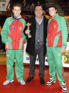 Gervasio Pinta entrega el premio a los vencedores de la categoria infantil