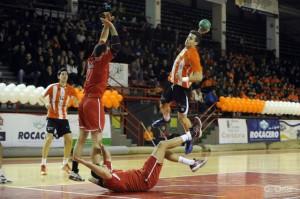 Calderón lanza a portería